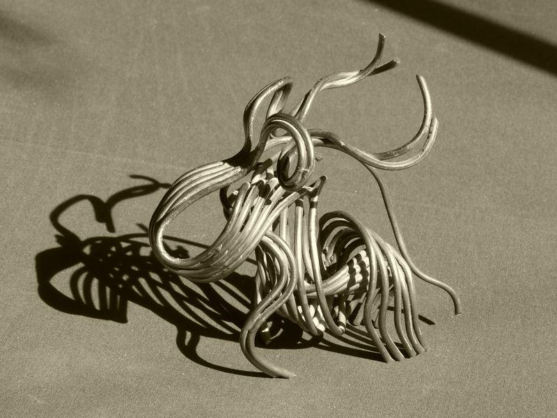 Oeuvre d'art intitulé Bébé Dinosaure, une sculpture metallique moderne